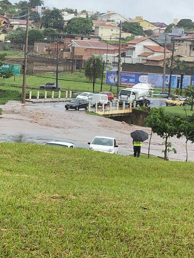 Rotatória do Cristo alaga e carros voltam na contramão - Crédito: Divulgação