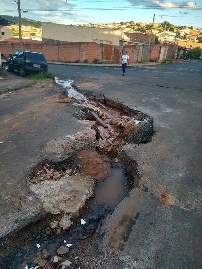 Buraco imenso rasga rua no Cidade Aracy II - Crédito: Divulgação