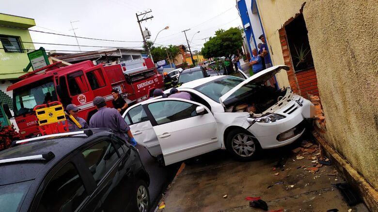 Carro colidiu com violência em muro de uma casa: casal de idosos ferido - Crédito: Maycon Maximino
