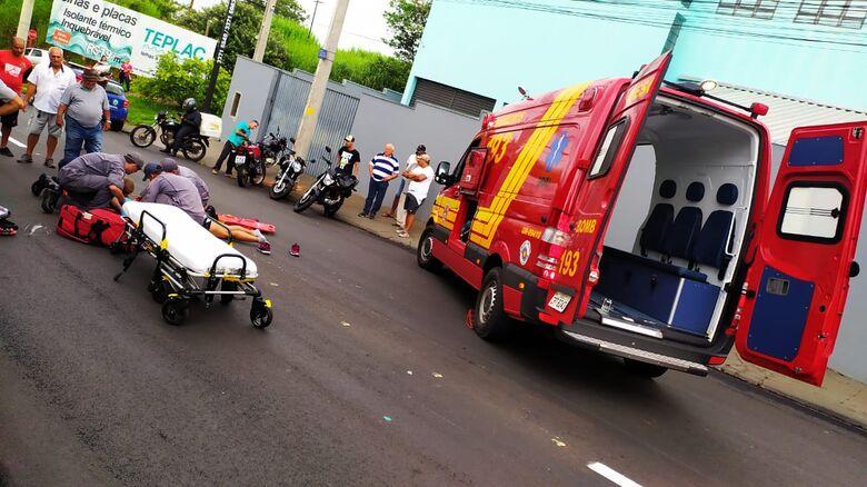 Bombeiros prestam atendimento à vítima: trauma na cabeça - Crédito: Maycon Maximino