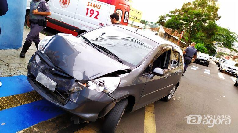 Van avança pare, é atingida por carro e bate em grade no Centro - Crédito: Maycon Maximino