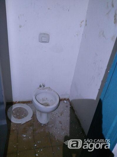 Ladrão danificou o interior do ginásio de esportes - Crédito: Divulgação