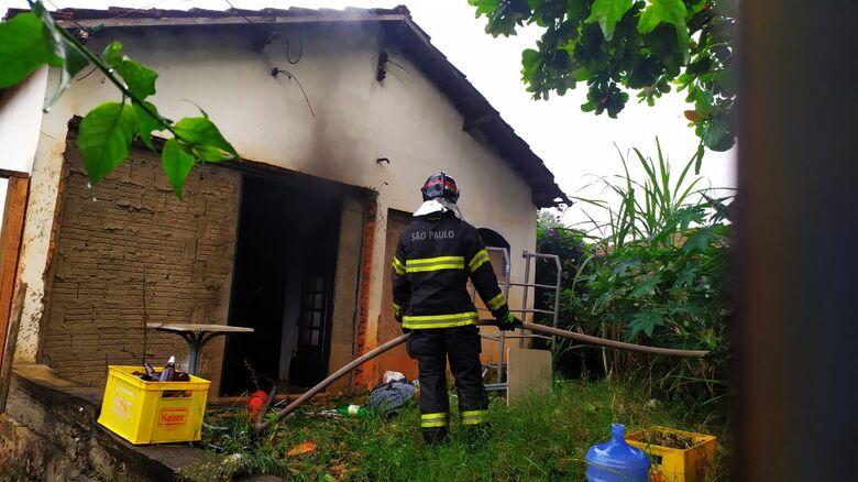 Incêndio criminoso danifica casa abandonada na Vila Elizabeth - Crédito: Maycon Maximino