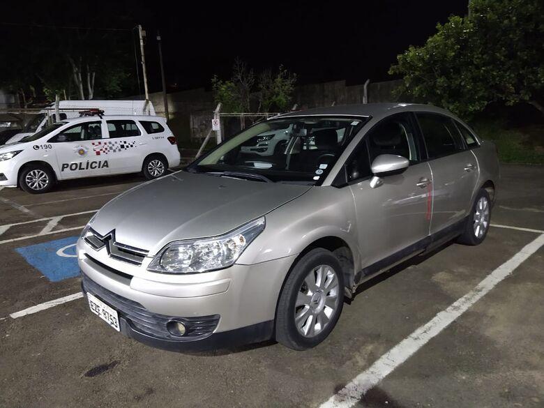 Carro usado em roubo é reconhecido e irmãos são detidos - Crédito: Luciano Lopes