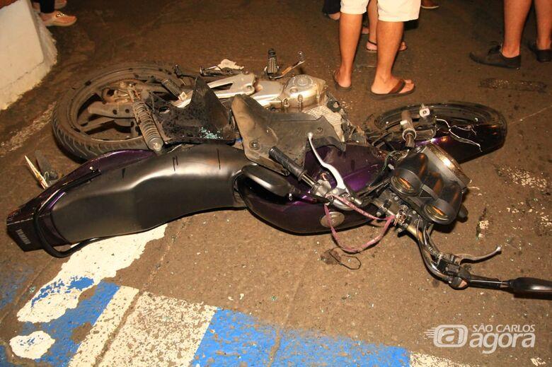 Duas pessoas ficam feridas em colisão entre carro e moto no Centro - Crédito: Marco Lúcio
