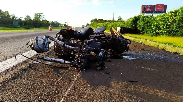 Moto foi arrastada por mais de cem metros: motociclista morreu na hora - Crédito: Maycon Maximino