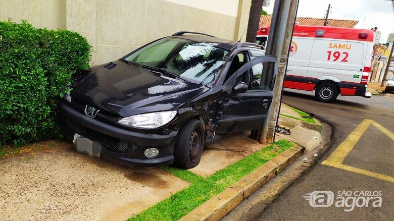 Peugeot foi parar em cima da calçada e ficou entalado - Crédito: Maycon Maximino