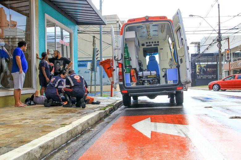 Mulher fica ferida ao sofrer queda de moto no Centro - Crédito: Marco Lúcio