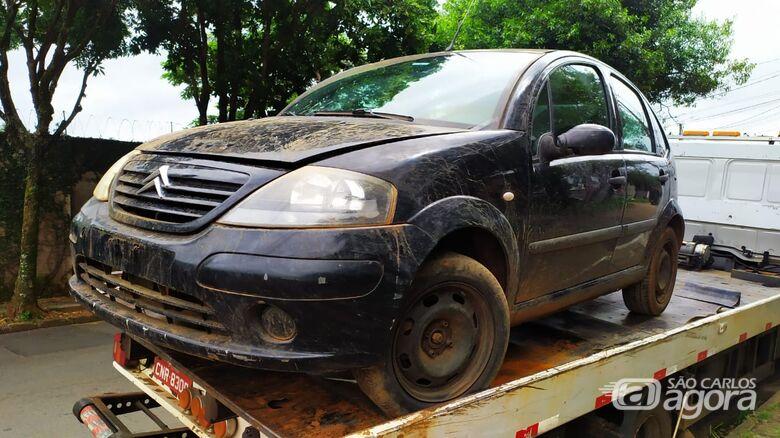 Carro recuperado estava com placas adulteradas - Crédito: Maycon Maximino