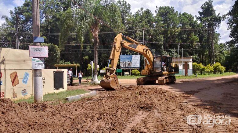 Máquina trabalha para amenizar problemas dos moradores na Quinta da Felicidade - Crédito: Marcos Escrivani