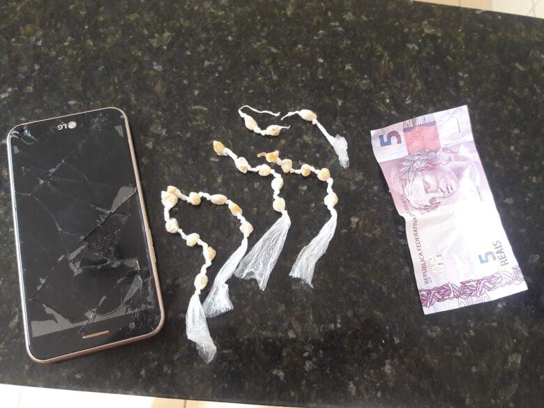 O celular e o crack que estavam com o menor infrator - Crédito: Divulgação