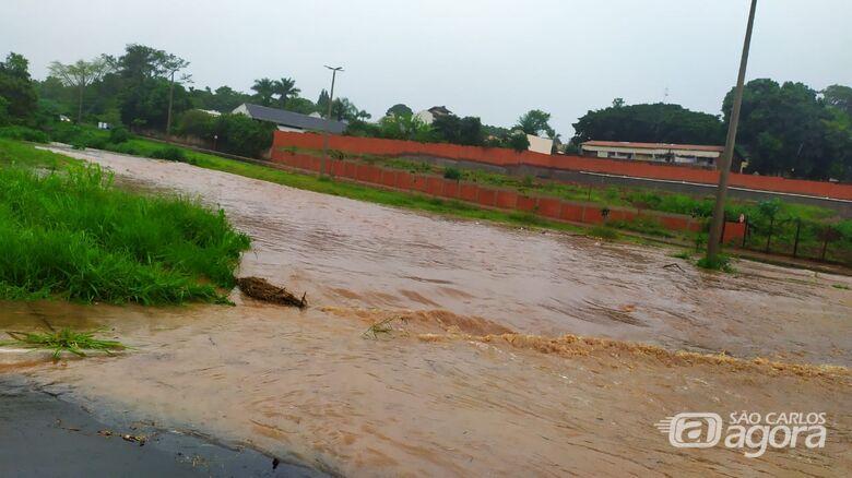 Avenida Trabalhador São-carlense tomada pela água - Crédito: Maycon Maximino