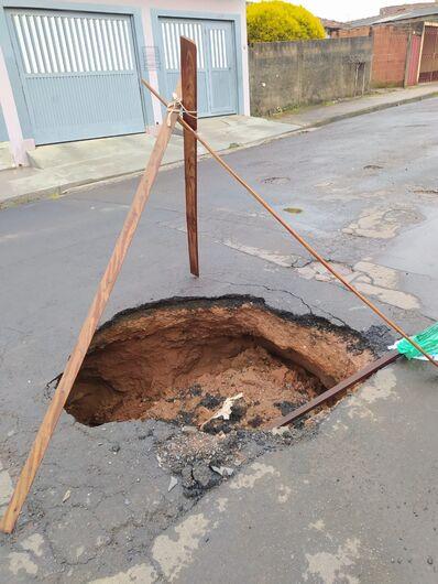 Cratera 'engoliu' um carro na Avenida Maranhão - Crédito: Divulgação
