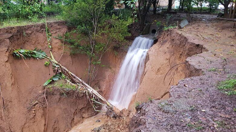 Erosão se aproxima da via asfáltica e causa medo aos moradores - Crédito: Divulgação