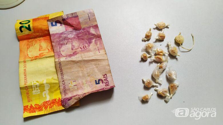 Droga e dinheiro que estava com o suspeito - Crédito: Maycon Maximino
