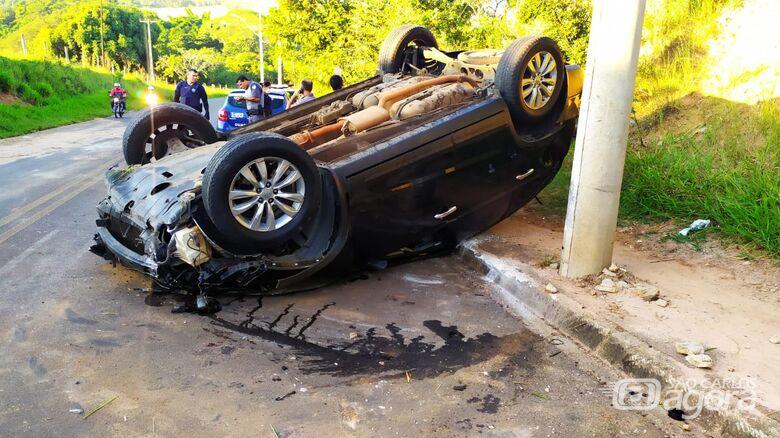 Veículo capotado na estrada que liga o Botafogo ao Zavaglia - Crédito: Maycon Maximino
