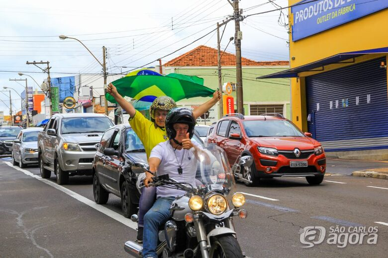 Empresários e comerciantes fazem buzinaço para pedir reabertura do comércio em São Carlos -