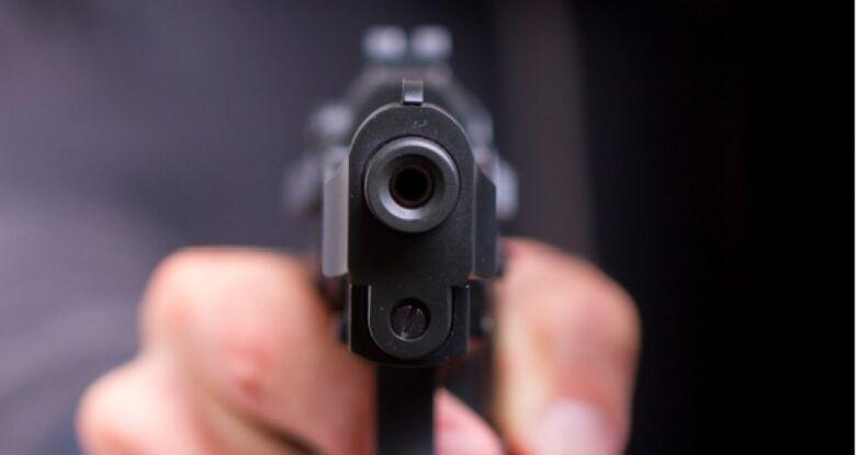 Armado com pistola, bandido rouba caminhonete de empresária no Azulville -