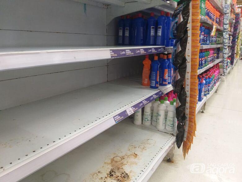 Corrida por álcool em gel faz são-carlenses zerarem estoques de supermercados -