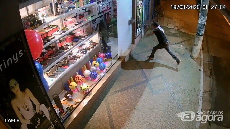 Câmera de segurança flagra ação de ladrões em loja no Centro - Crédito: Reprodução