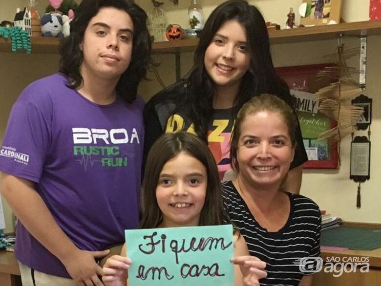 Laura e os filhos: família empenhada em fazer o bem, sem ver a quem - Crédito: Fran Zepon