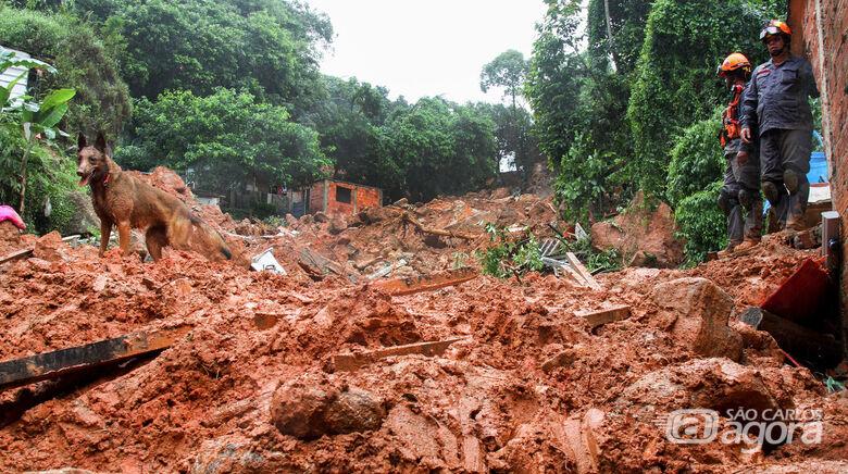 Número de mortos devido às chuvas aumenta para 21 na Baixada Santista - Crédito: Glauber Bedini/Govesp
