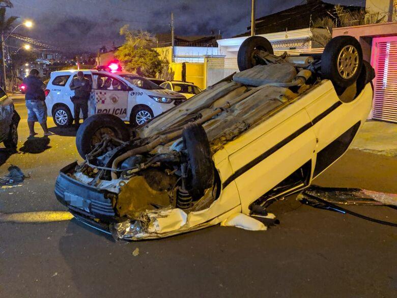 Motorista se distrai e capota carro no Planalto Paraíso - Crédito: Maycon Maximino