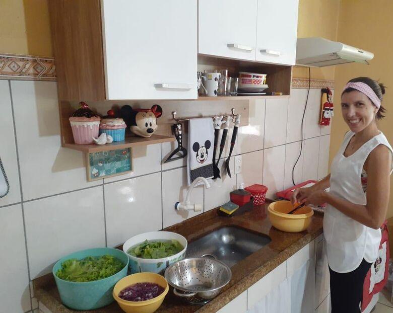 """Flávia na """"lida"""": além de terapia, fazer saladas e bolos em pote ajuda a custear tratamento médico - Crédito: Marcos Escrivani"""