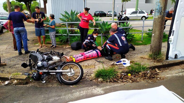 Com escoriações pelo corpo, motociclista foi socorrida pelo Samu - Crédito: Maycon Maximino