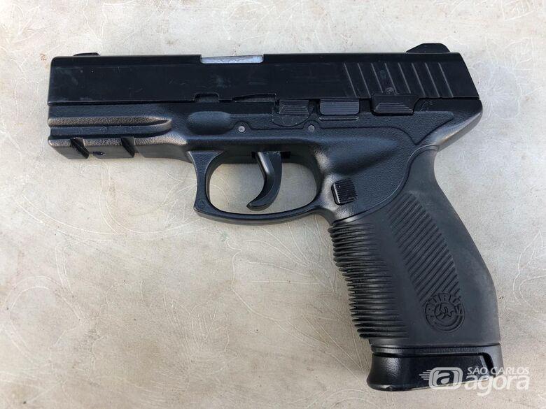 Arma falsa é apreendida em carro de motorista de aplicativo - Crédito: Maycon Maximino