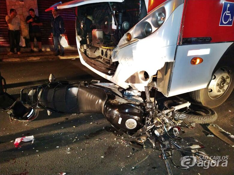 Entregador quebra as duas pernas ao bater moto contra ônibus - Crédito: Luciano Lopes