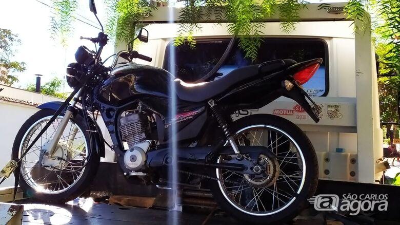 Moto abandonada é recolhida ao pátio municipal pela PM - Crédito: Maycon Maximino