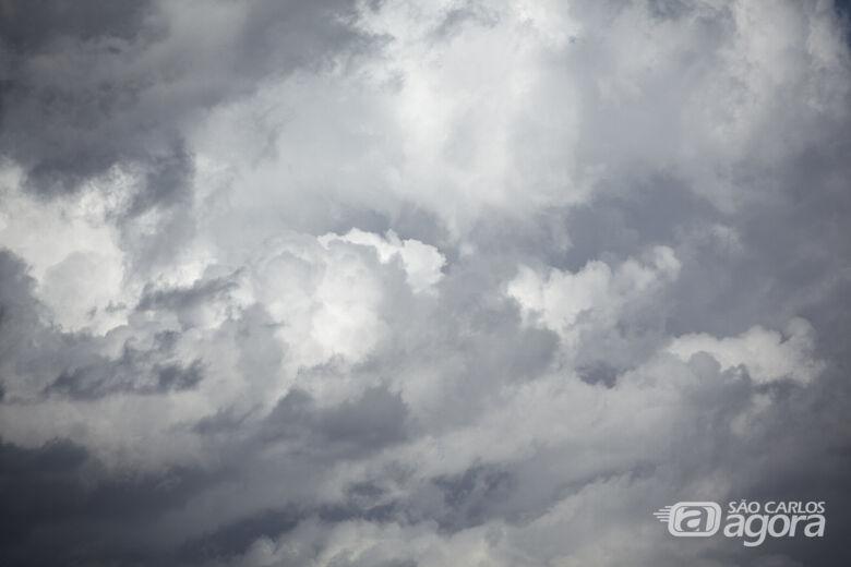 Terça-feira começa com céu nublado e pode chover a qualquer momento do dia - Crédito: Frepik