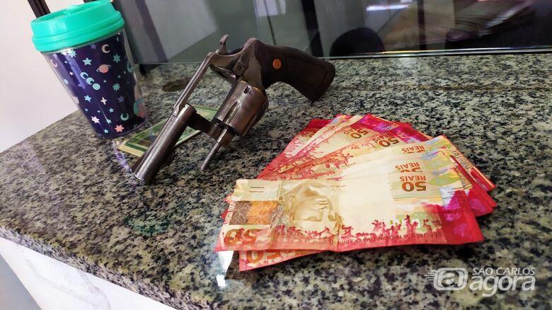 Notas manchadas, revólver e munições que foram apreendidos - Crédito: Maycon Maximino