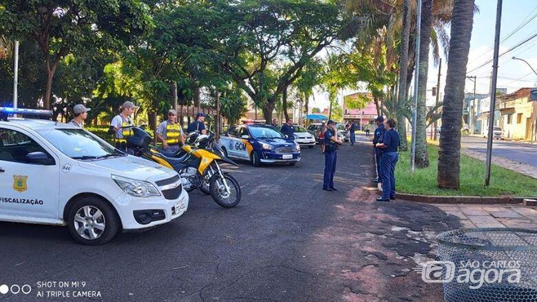 Mulher é detida ao se recusar a deixar praça pública em Araraquara - Crédito: Divulgação