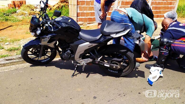 Com dores e ao lado da moto, vítima é atendida por socorristas - Crédito: Maycon Maximino