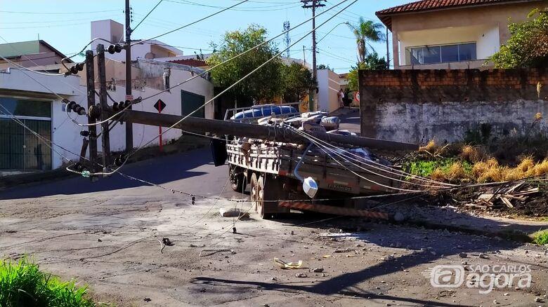 Caminhão colidiu com um poste: bairros sem energia - Crédito: Maycon Maximino