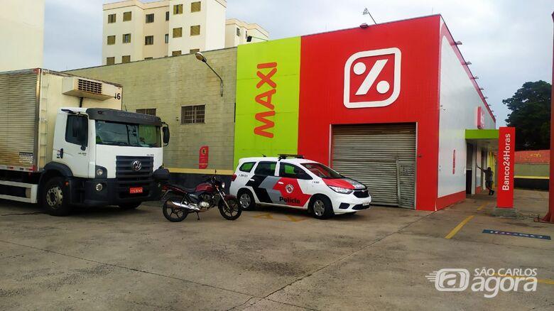 Porta principal foi arrombada pelos ladrões: prejuízo para o supermercado - Crédito: Maycon Maximino