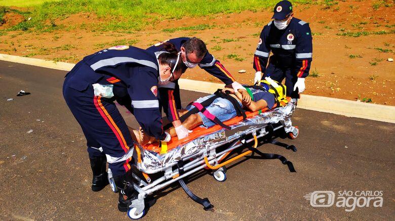 Com ferimentos graves, motociclista foi encaminhado à Santa Casa - Crédito: Maycon Maximino