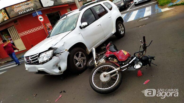 Duster e moto envolvidos no acidente: danos em ambos veículos e uma pessoa ferida - Crédito: Maycon Maximino