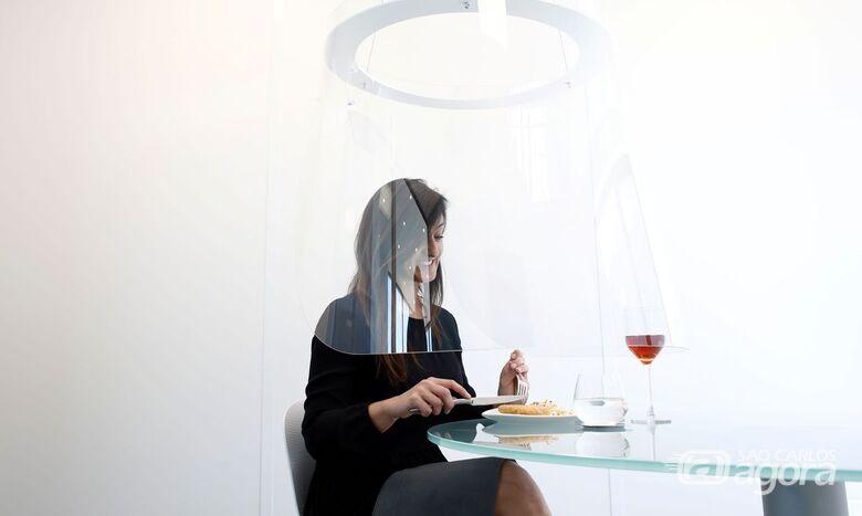 Menu na tela do celular e cabine: os restaurantes no pós-coronavírus - Crédito: Benoit Tessier