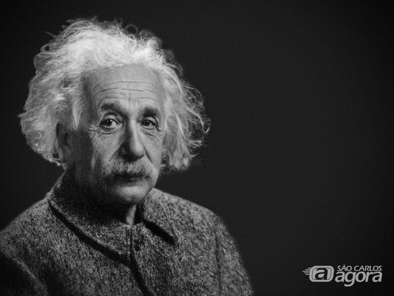 Albert Einstein foi um físico teórico alemão que desenvolveu a teoria da relatividade geral, um dos pilares da física moderna ao lado da mecânica quântica. Wikipédia - Crédito: Pixabay