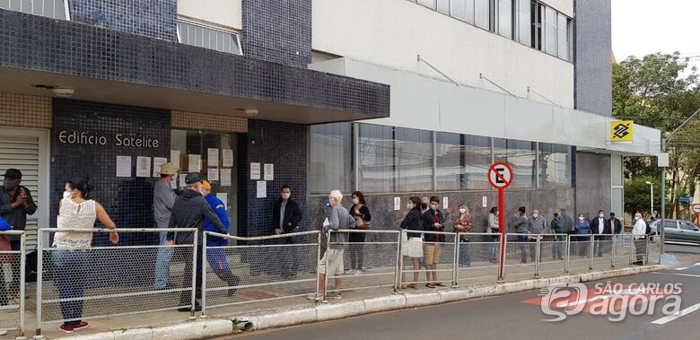 Populares em frente a banco na região central - Crédito: Divulgação/PMSC