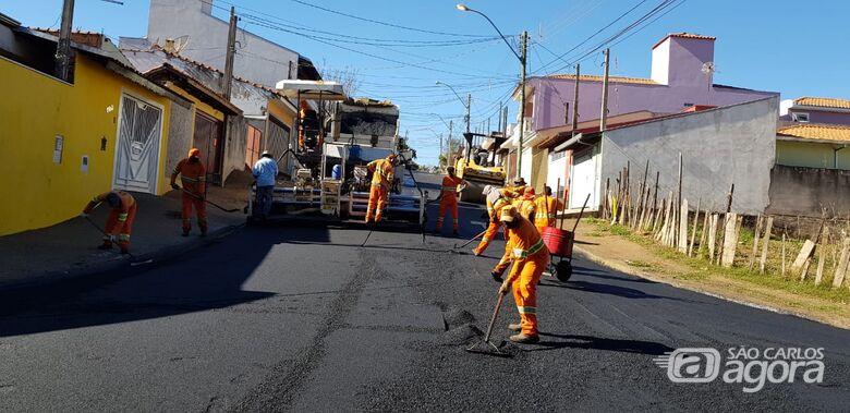 Ruas do bairro Romeu Tortorelli começaram a ser recapeadas nesta quinta-feira - Crédito: Divulgação/PMSC