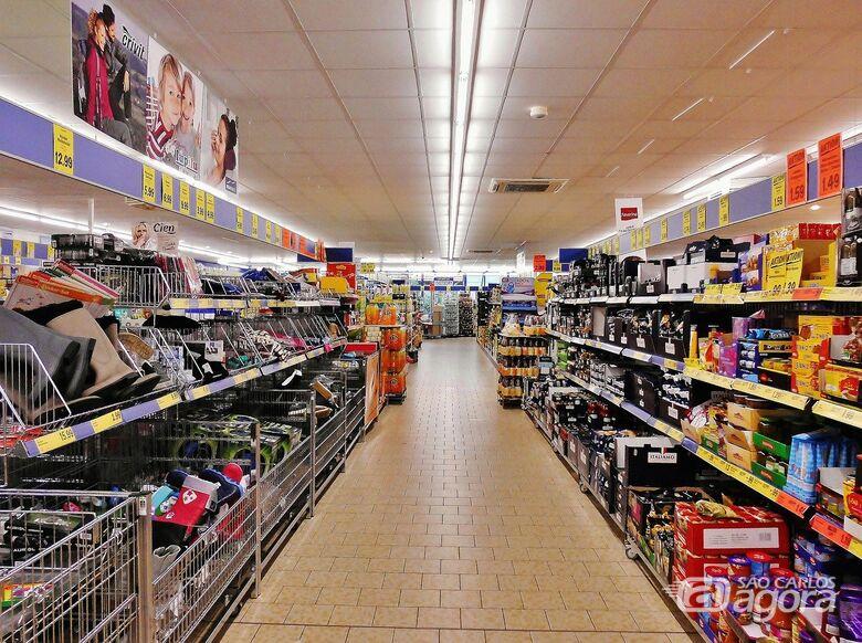 Pesquisa revela que 90% dos supermercados devem manter ou contratar funcionários - Crédito: Imagem de Ulrich Dregler por Pixabay