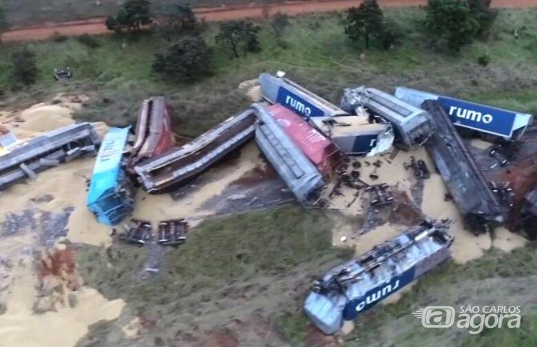 Trem carregado com soja que passaria por São Carlos descarrila e 17 vagões tombam no MS - Crédito: reprodução