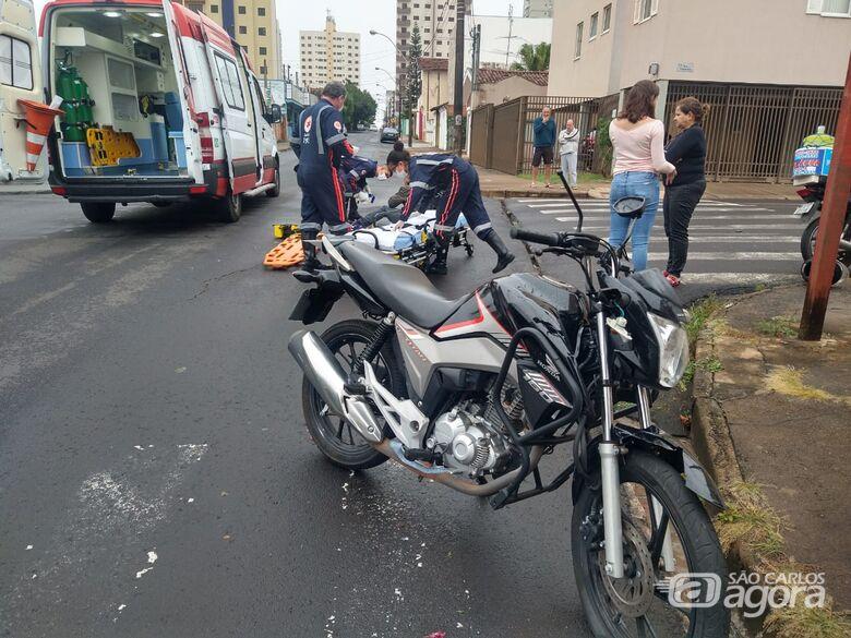 Motociclista fica bastante ferido após atingir caminhonete que avançou o pare - Crédito: Luciano Lopes