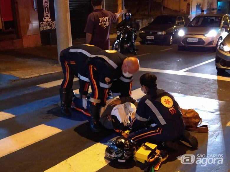 Motociclista escorregou e caiu em faixa de pedestres - Crédito: Luciano Lopes/São Carlos Agora