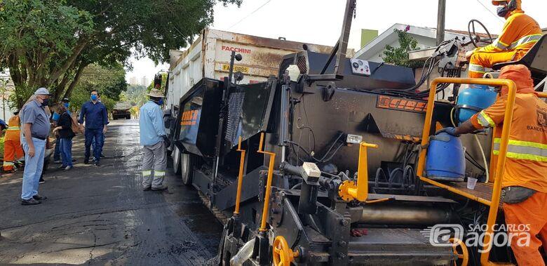 Airton acompanha início de mais uma etapa do serviço de recapeamento na cidade - Crédito: Divulgação