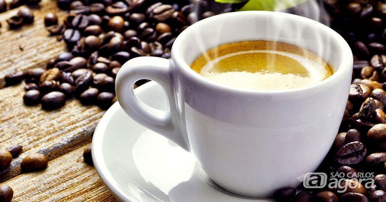 Pesquisa com 8.780 participantes mostra que consumo moderado de café pode reduzir risco de hipertensão em 20%; estudos recentes mostraram que efeito benéfico do consumo moderado de café é atribuído aos polifenóis, compostos bioativos, que são encontrados - Crédito: Free-Photos via Pixabay / CC0